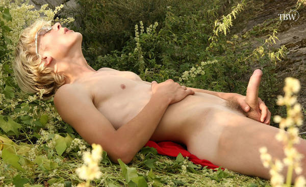 naked-boy-on-nature8